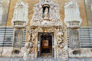 Vista 360 de la entrada principal del Palacio del Marqués de dos Aguas de Valencia. Museo nacional de cerámica.